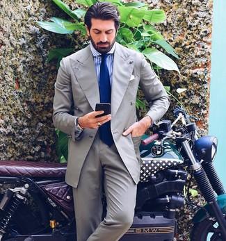 Cómo combinar: traje gris, camisa de vestir de rayas verticales en blanco y azul, corbata azul, pañuelo de bolsillo blanco