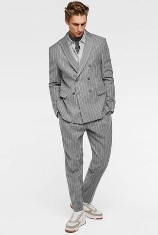 Cómo combinar una camisa de vestir gris: Elige una camisa de vestir gris y un traje de rayas verticales gris para rebosar clase y sofisticación. Si no quieres vestir totalmente formal, opta por un par de tenis de cuero blancos.