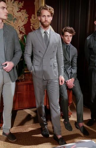 Cómo combinar: traje gris, camisa de vestir gris, mocasín con borlas de ante en gris oscuro, corbata de punto gris