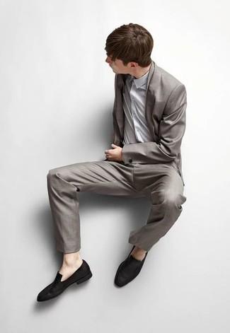 Cómo combinar una camisa de vestir gris: Empareja una camisa de vestir gris con un traje gris para rebosar clase y sofisticación. Mocasín de ante negro darán un toque desenfadado al conjunto.