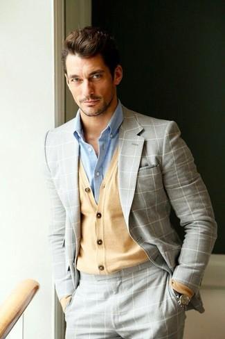 Considera ponerse un cárdigan marrón claro de hombres de Scalpers y un traje a cuadros gris para una apariencia clásica y elegante.