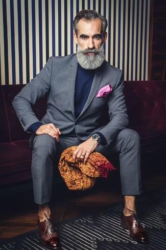 Cómo combinar: traje a cuadros gris, jersey de cuello alto azul marino, zapatos oxford de cuero en marrón oscuro, pañuelo de bolsillo rosa