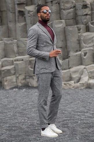 Look de moda: Traje de lana gris, Jersey de cuello alto burdeos, Tenis de cuero blancos, Gafas de sol negras