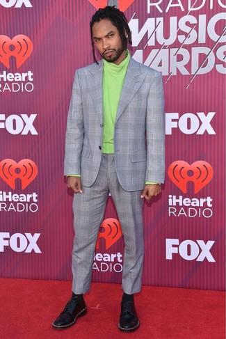 Cómo combinar: traje de tartán gris, jersey de cuello alto en amarillo verdoso, zapatos derby de cuero con adornos negros, calcetines negros