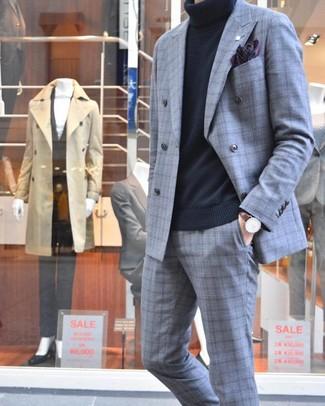 Cómo combinar: traje de tartán gris, jersey de cuello alto negro, pañuelo de bolsillo estampado morado oscuro, reloj de cuero en marrón oscuro