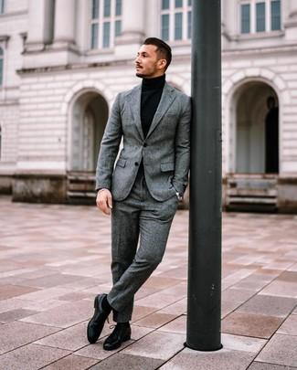 Cómo combinar: traje de lana gris, jersey de cuello alto negro, zapatos derby de cuero negros, calcetines negros
