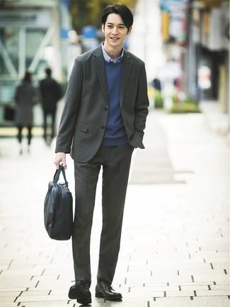 Ponte un jersey con cuello circular azul marino y un traje gris oscuro para una apariencia clásica y elegante. Si no quieres vestir totalmente formal, elige un par de zapatos derby de cuero negros.