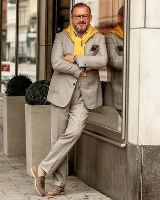 Cómo combinar: traje en beige, jersey con cuello circular amarillo, camisa de manga larga celeste, mocasín de ante en beige