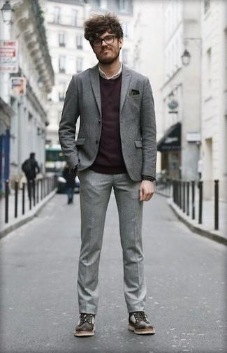 Cómo combinar un pañuelo de bolsillo verde oscuro: Para un atuendo que esté lleno de caracter y personalidad empareja un traje gris con un pañuelo de bolsillo verde oscuro. Con el calzado, sé más clásico y completa tu atuendo con botas casual de cuero en marrón oscuro.