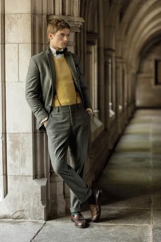 Cómo combinar unos tirantes de cuero marrónes: Ponte un traje de lana gris y unos tirantes de cuero marrónes para conseguir una apariencia relajada pero elegante. Con el calzado, sé más clásico y elige un par de mocasín de cuero en marrón oscuro.