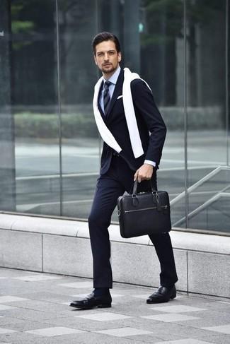 Cómo combinar unos zapatos de vestir: Empareja un traje de rayas verticales azul marino con un jersey con cuello circular blanco para crear un estilo informal elegante. ¿Te sientes valiente? Opta por un par de zapatos de vestir.