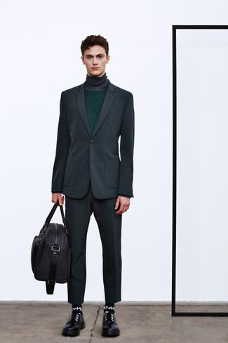 Cómo combinar: traje en gris oscuro, jersey con cuello circular verde oscuro, jersey de cuello alto en gris oscuro, zapatos derby de cuero negros