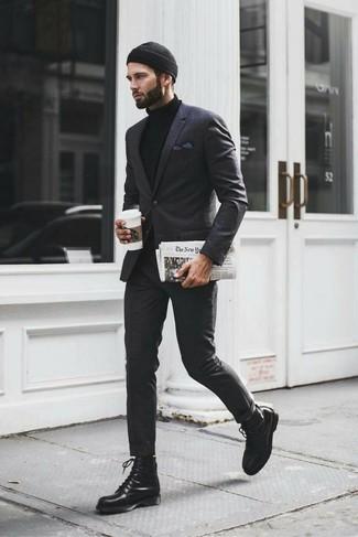 Cómo combinar: traje de tartán en gris oscuro, jersey de cuello alto negro, botas casual de cuero negras, gorro negro