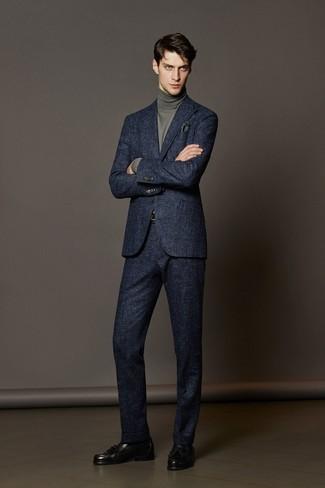 Cómo combinar: traje de lana azul marino, jersey de cuello alto gris, mocasín con borlas de cuero negro, pañuelo de bolsillo verde oscuro