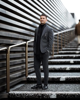 Cómo combinar: traje en gris oscuro, jersey de cuello alto negro, mocasín con borlas de cuero negro, bufanda negra