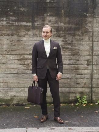 Cómo combinar unos zapatos de vestir: Haz de un traje en marrón oscuro y un jersey de cuello alto blanco tu atuendo para una apariencia clásica y elegante. Zapatos de vestir dan un toque chic al instante incluso al look más informal.