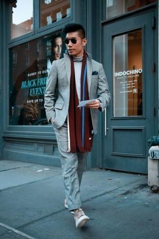 Cómo combinar un jersey de cuello alto gris: Emparejar un jersey de cuello alto gris junto a un traje gris es una opción atractiva para una apariencia clásica y refinada. Si no quieres vestir totalmente formal, complementa tu atuendo con tenis de lona en beige.