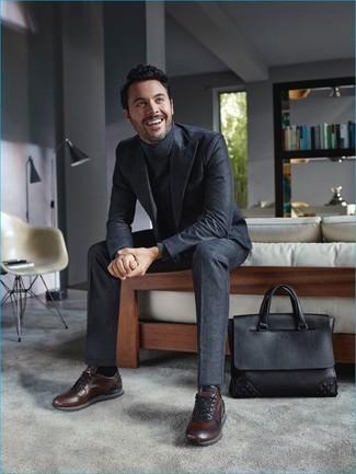 Cómo combinar una bolsa tote de cuero negra: Opta por un traje en gris oscuro y una bolsa tote de cuero negra para conseguir una apariencia relajada pero elegante. Tenis de cuero en marrón oscuro son una opción grandiosa para complementar tu atuendo.