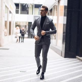 Cómo combinar: traje gris, jersey de cuello alto negro, zapatos oxford de cuero negros, pañuelo de bolsillo blanco