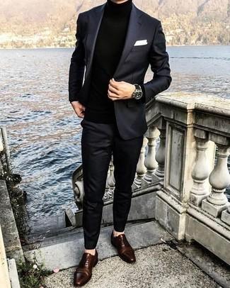 Cómo combinar unos zapatos oxford de cuero en marrón oscuro en primavera 2021: Elige un traje negro y un jersey de cuello alto negro para rebosar clase y sofisticación. Activa tu modo fiera sartorial y haz de zapatos oxford de cuero en marrón oscuro tu calzado. Este atuendo es una opción ideal si tu buscas un atuendo ideal para esta primavera.