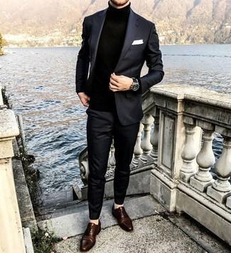 Cómo combinar unos zapatos oxford de cuero en marrón oscuro en primavera 2021: Equípate un traje negro junto a un jersey de cuello alto negro para una apariencia clásica y elegante. Zapatos oxford de cuero en marrón oscuro proporcionarán una estética clásica al conjunto. Para esta primavera, es una idea estupenda.