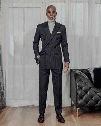 Cómo combinar un jersey de cuello alto gris: Emparejar un jersey de cuello alto gris con un traje de rayas verticales negro es una opción excelente para un día en la oficina. Con el calzado, sé más clásico y opta por un par de zapatos oxford de cuero burdeos.