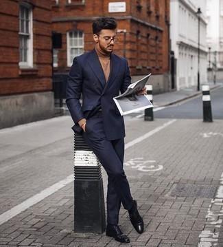 Outfits hombres estilo elegante: Utiliza un traje azul marino y un jersey de cuello alto marrón claro para un perfil clásico y refinado. ¿Te sientes valiente? Elige un par de zapatos oxford de cuero negros.