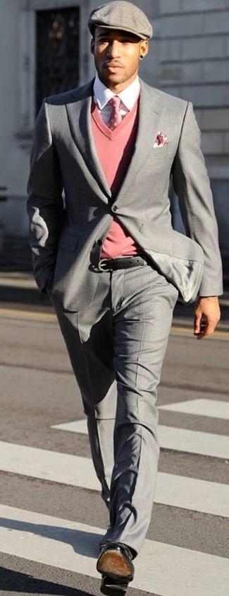 Cómo combinar: traje de tartán gris, jersey de pico rosado, camisa de vestir blanca, zapatos derby de cuero negros
