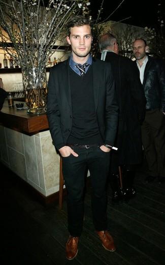 Look de Jamie Dornan: Traje Negro, Jersey de Pico Negro, Camisa de Vestir de Tartán Azul Marino, Zapatos Brogue de Cuero Marrónes