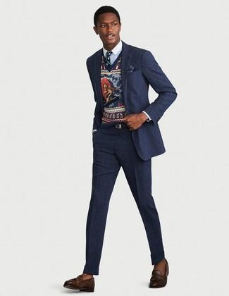 Cómo combinar: traje de rayas verticales azul marino, jersey de pico estampado azul marino, camisa de vestir celeste, mocasín con borlas de cuero en marrón oscuro