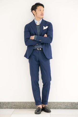Cómo combinar un traje azul marino: Emparejar un traje azul marino con un jersey de pico en gris oscuro es una opción inmejorable para una apariencia clásica y refinada. Mocasín de cuero negro son una opción inmejorable para complementar tu atuendo.