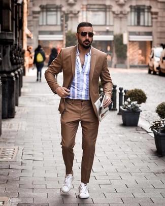 Cómo combinar: traje marrón, camisa de manga larga de rayas verticales en blanco y azul, tenis de cuero blancos, gafas de sol en marrón oscuro