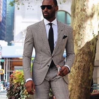 Cómo combinar un traje a cuadros marrón: Intenta ponerse un traje a cuadros marrón y una camisa de vestir blanca para una apariencia clásica y elegante.