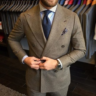 Cómo combinar: traje de lana marrón, camisa de vestir celeste, corbata azul marino, pañuelo de bolsillo estampado azul marino