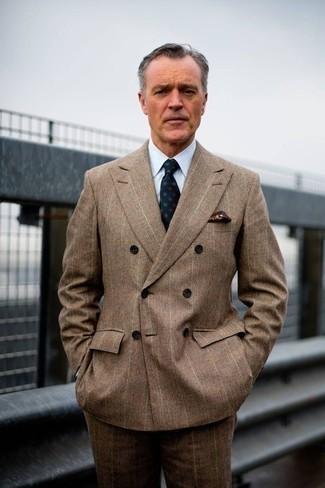 Cómo combinar una corbata estampada verde oscuro: Considera ponerse un traje de tartán marrón y una corbata estampada verde oscuro para una apariencia clásica y elegante.