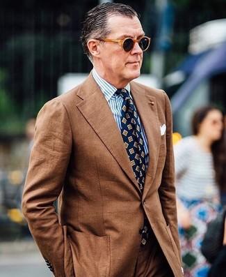 Cómo combinar: traje marrón, camisa de vestir de rayas verticales en blanco y azul, corbata estampada azul marino, pañuelo de bolsillo blanco
