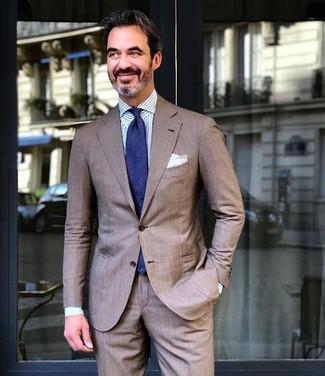 Cómo combinar: traje marrón, camisa de vestir de rayas verticales en blanco y azul, corbata azul marino, pañuelo de bolsillo blanco