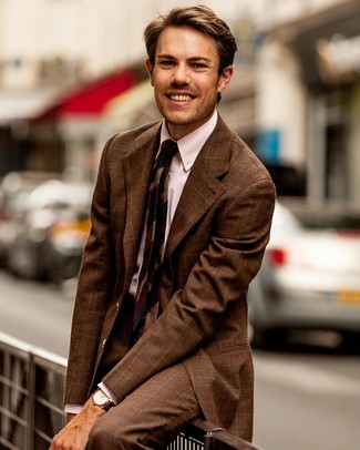 Cómo combinar una camisa de vestir de rayas verticales rosada en clima cálido: Empareja una camisa de vestir de rayas verticales rosada con un traje a cuadros marrón para un perfil clásico y refinado.