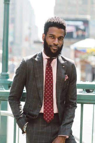 Cómo combinar un traje a cuadros marrón: Considera ponerse un traje a cuadros marrón y una camisa de vestir rosada para rebosar clase y sofisticación.