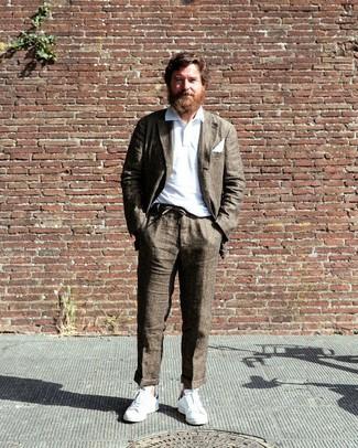Outfits hombres: Casa un traje marrón con una camisa polo blanca para lograr un look de vestir pero no muy formal. ¿Quieres elegir un zapato informal? Opta por un par de tenis blancos para el día.