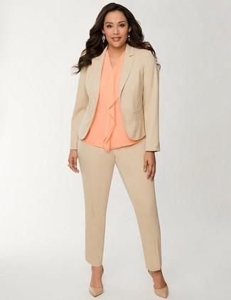 Cómo combinar: traje marrón claro, blusa sin mangas de seda naranja, zapatos de tacón de cuero marrón claro