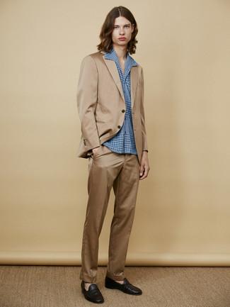 Cómo combinar: traje marrón claro, camisa de manga larga azul, mocasín de cuero negro