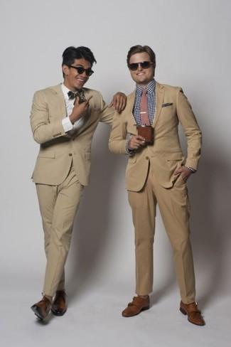 Cómo combinar: traje marrón claro, camisa de manga larga de cuadro vichy en blanco y azul, zapatos con doble hebilla de cuero marrónes, corbata rosada