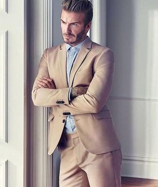 Look de David Beckham: Traje Marrón Claro, Camisa de Vestir Celeste