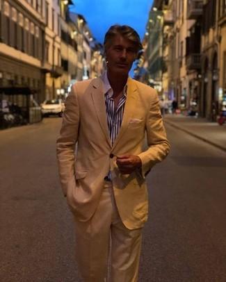 Cómo combinar: traje marrón claro, camisa de vestir de rayas verticales en blanco y azul marino