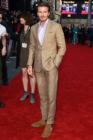 Cómo combinar: traje a cuadros marrón claro, camisa de vestir violeta claro, botines chelsea de ante marrón claro, pañuelo de bolsillo verde oliva