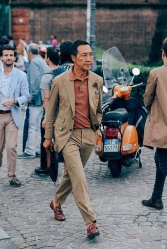 Cómo combinar: traje marrón claro, camisa polo naranja, mocasín de cuero marrón