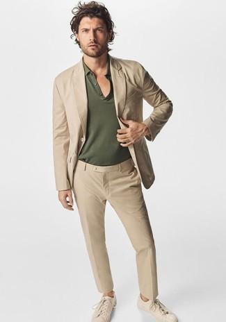 Cómo combinar una camisa polo verde oliva: Considera ponerse una camisa polo verde oliva y un traje marrón claro para un lindo look para el trabajo. ¿Quieres elegir un zapato informal? Complementa tu atuendo con tenis de lona en beige para el día.