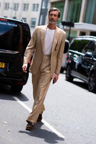 Cómo combinar: traje marrón claro, camiseta con cuello circular blanca, mocasín de ante en marrón oscuro