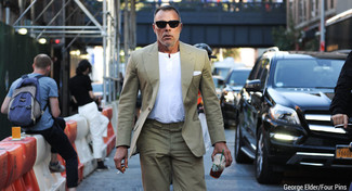 Cómo combinar: traje marrón claro, camiseta henley blanca, pañuelo de bolsillo blanco, gafas de sol negras